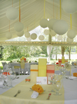 Dekoration im Zelt für Hochzeit